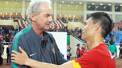 hlv alfred riedl dung ke sach dac biet voi cong vinh hinh anh 1
