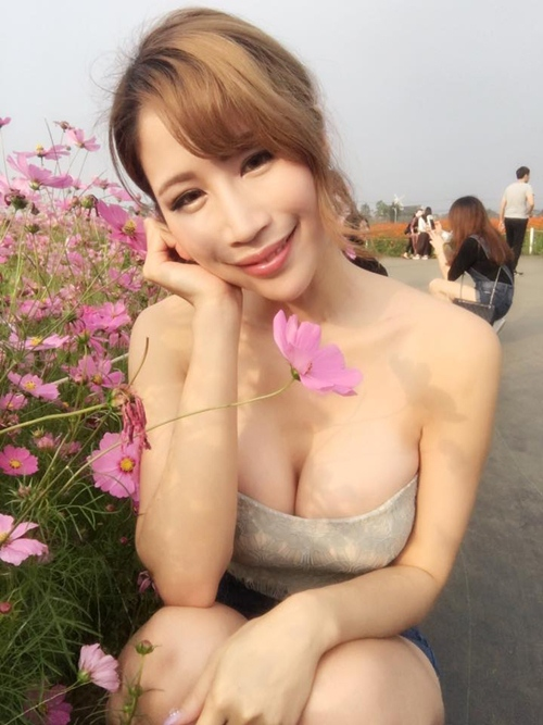 hot girl ban thit xien nuong tq khien quan an nuom nuop khach hinh anh 14