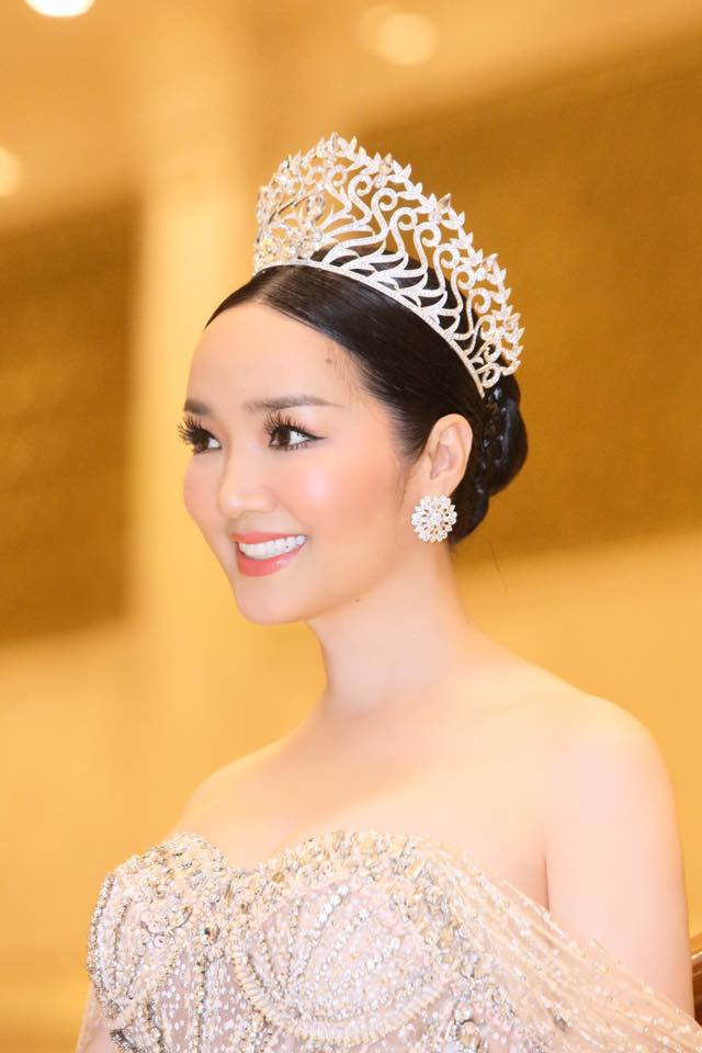 "ly nha ky, giang my dep ""quen tuoi"" tren ghe giam khao miss grand hinh anh 3"