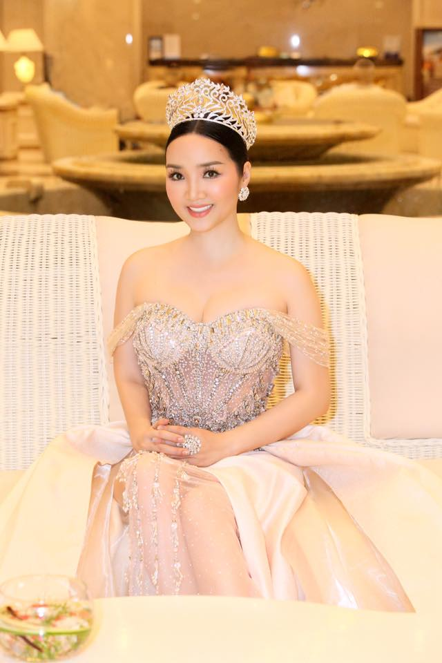 "ly nha ky, giang my dep ""quen tuoi"" tren ghe giam khao miss grand hinh anh 7"