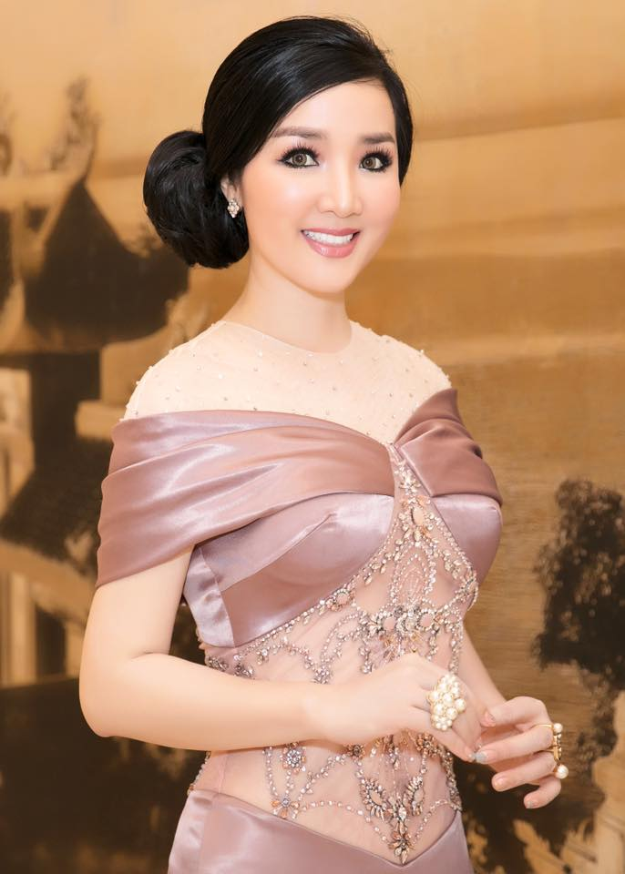 "ly nha ky, giang my dep ""quen tuoi"" tren ghe giam khao miss grand hinh anh 11"