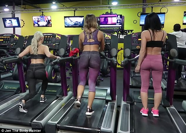 su that ve 2 co gai chi mac quan lot di tap gym gay choang hinh anh 5