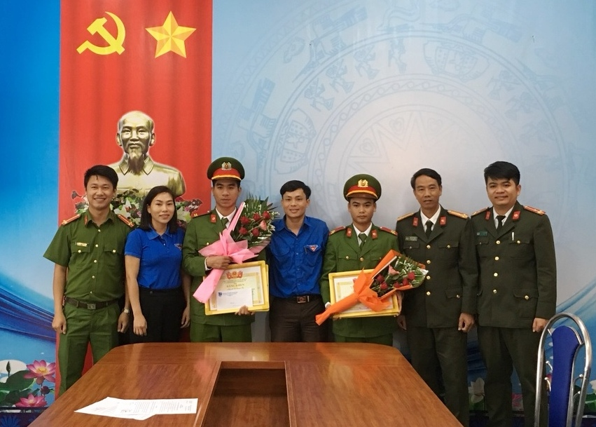 thuong chien si cong an, hoc sinh nhat duoc tien tra lai nguoi mat hinh anh 1