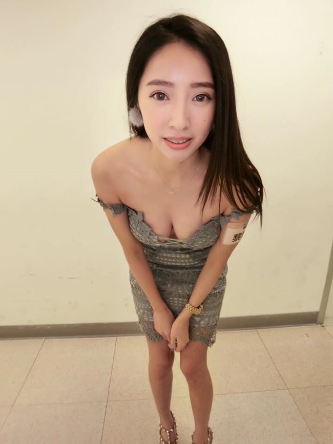 co tho cat toc qua sexy khien khach nam keo den nuom nuop hinh anh 10