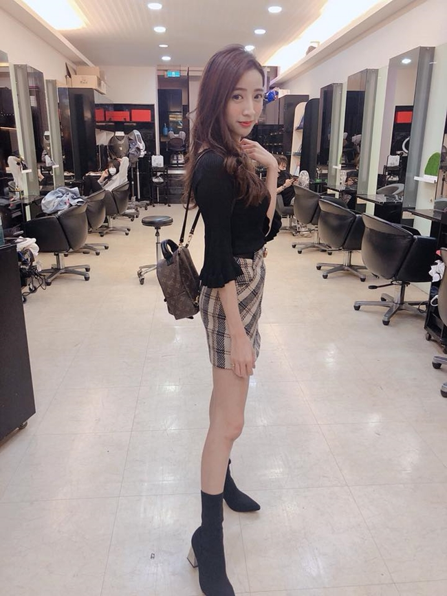 co tho cat toc qua sexy khien khach nam keo den nuom nuop hinh anh 16