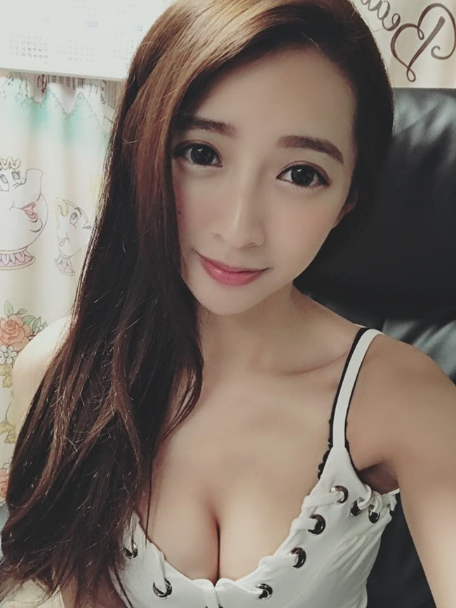 co tho cat toc qua sexy khien khach nam keo den nuom nuop hinh anh 18