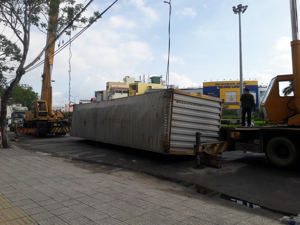 khiep dam khi container lan long loc truoc cong truong hinh anh 1