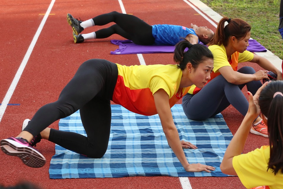 """anh - clip: cac co gai vang dien kinh tap luyen cho """"chien dich sea games"""" hinh anh 3"""