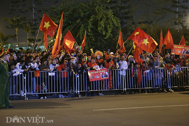 tuyen nu, u22 viet nam tro ve trong vong tay chao don cua gia dinh hinh anh 1
