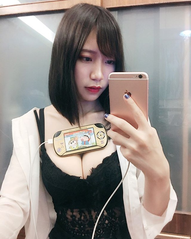 mau nu dung vong 1 kep dien thoai giong hot girl world cup mong doi doi hinh anh 3
