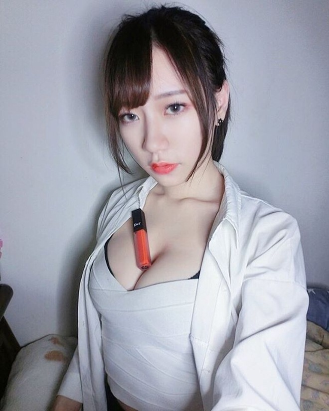 mau nu dung vong 1 kep dien thoai giong hot girl world cup mong doi doi hinh anh 2
