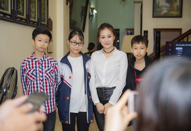 """quynh bup be"" phuong oanh ve que ha nam, fan den nha vay kin hinh anh 5"