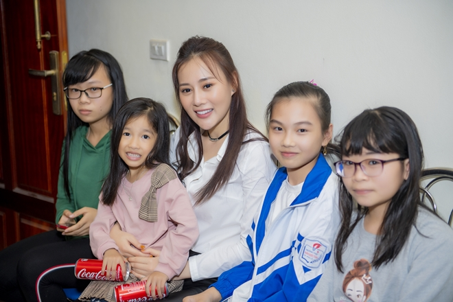 """quynh bup be"" phuong oanh ve que ha nam, fan den nha vay kin hinh anh 8"